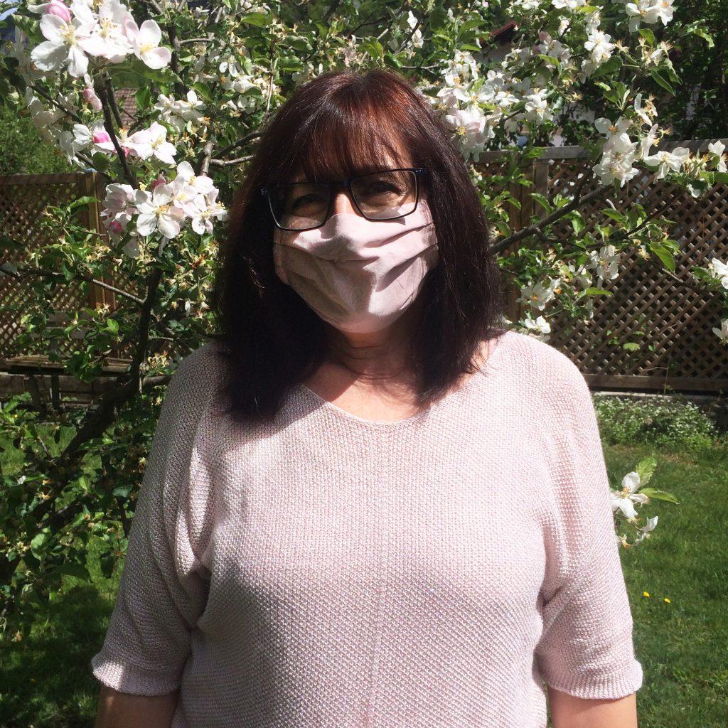 Kleidermacherin Maskenpflicht Claudia 1024x1024 - Ein Monat Maskenpflicht in Österreich