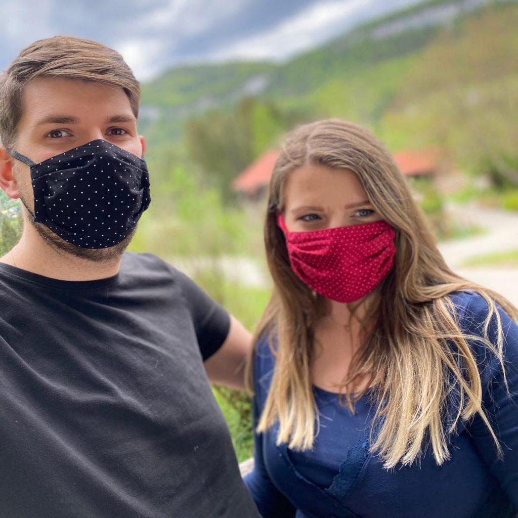Kleidermacherin Maskenpflicht Sara Harald 1024x1024 - Ein Monat Maskenpflicht in Österreich